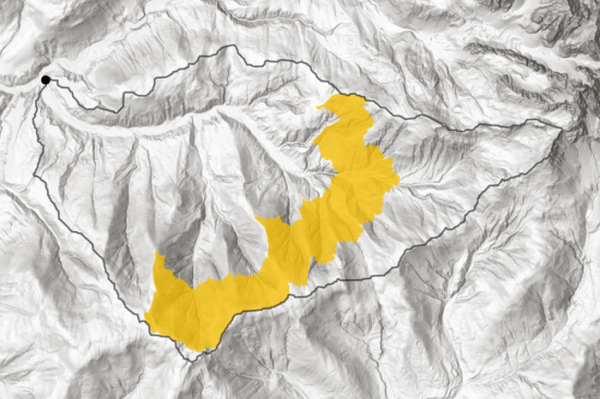 Image 10: The two peak bins from Graph 1 (9.087-10.601m distance from pouring point), area visualized. Special protection should be afforded to those areas, since the precipation of a large area arrives at the pour point within a small timeframe. The black line delineates the catchment area.